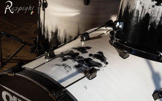 batteria artigianale in pioppo verniciato bianco e nero: dettaglio cassa di lato