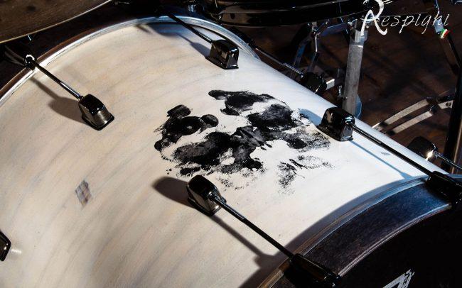batteria artigianale in pioppo verniciato bianco e nero: dettaglio cassa