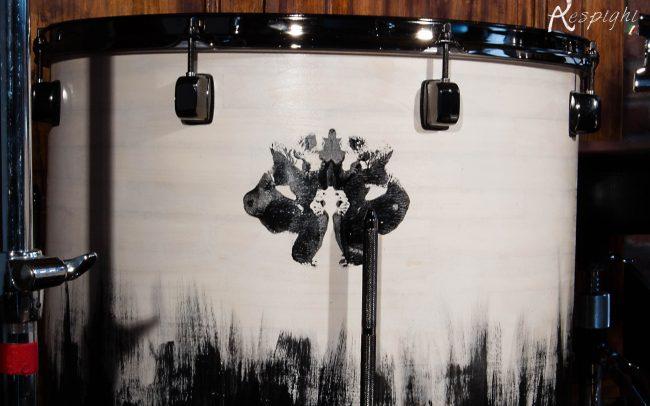 batteria artigianale in pioppo verniciato bianco e nero: dettaglio verniciatura