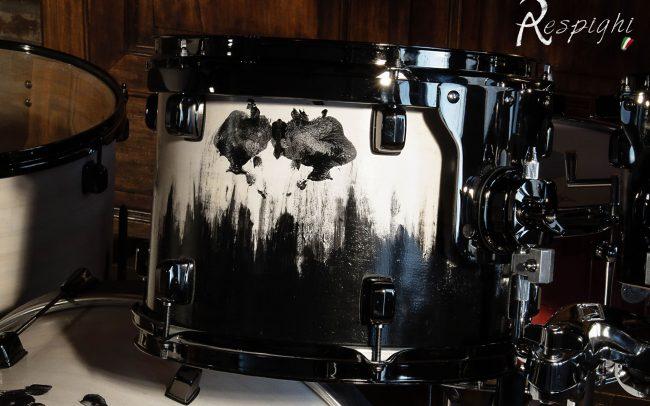 batteria artigianale in pioppo verniciato bianco e nero: dettaglio tom