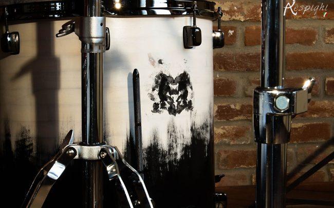 batteria artigianale in pioppo verniciato bianco e nero: dettaglio di un timpano