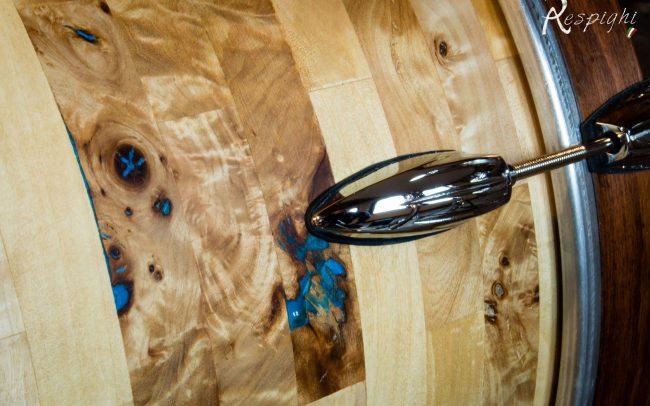 dettaglio di una batteria in radica di pioppo e resina