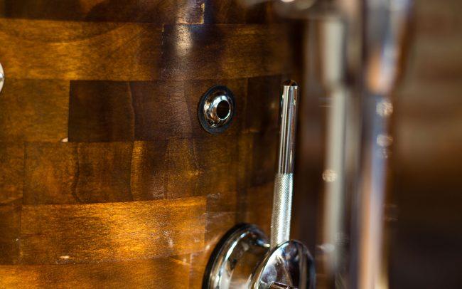 batteria in pioppo anticato foto dettaglio del timpano