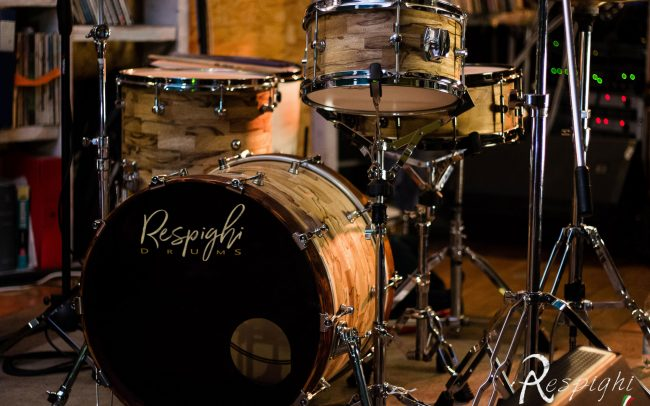 foto sul palco di una batteria artigianale respighi in black limba