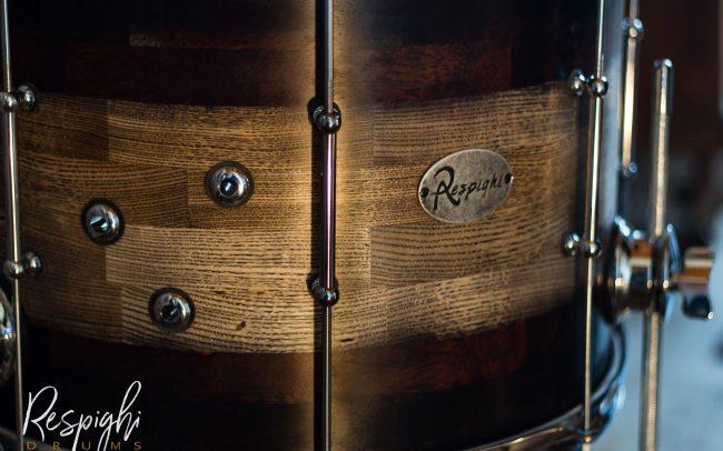 dettaglio di un timpano di una batteria acustica artigianale in frassino e padouk