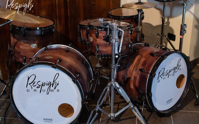 batteria artigianale doppia cassa mogano Irish Black a doghe orizzontali in legno massello di Respighi Drums