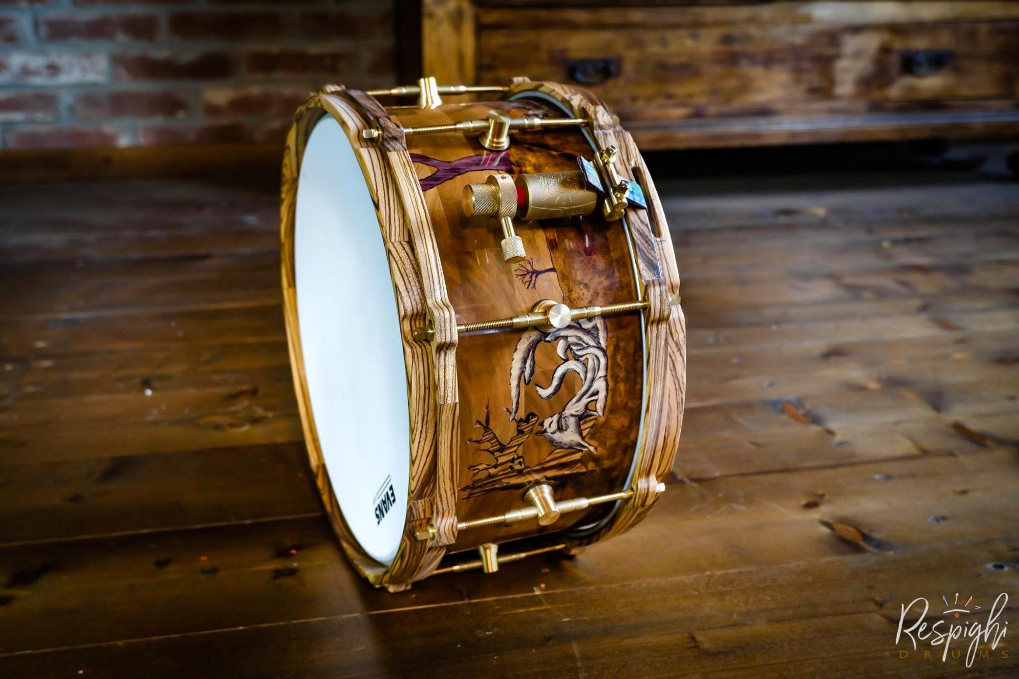 rullante artigianale a doghe orizzontali Kitsune No Yomeiri con hardware in ottone, macchinetta in ottone customizzata e cerchi in legno in zebrano di Respighi Drums